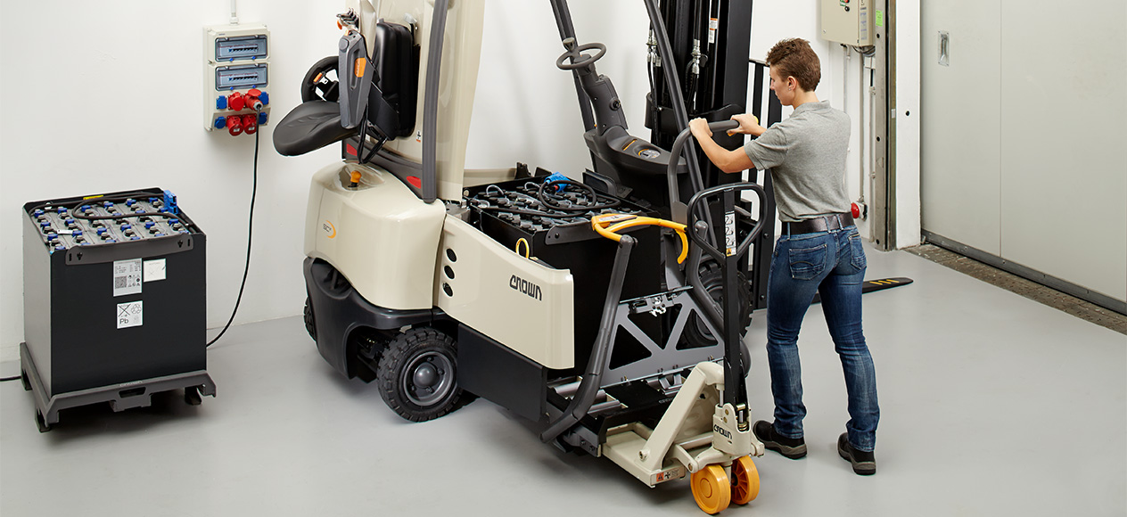 SC forklift with battery transfer system