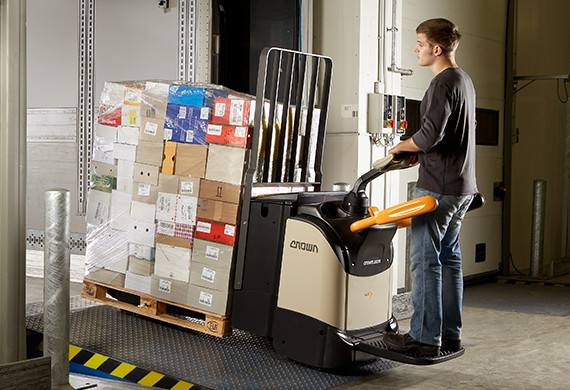 the platform pallet truck WT provides unique operator comfort