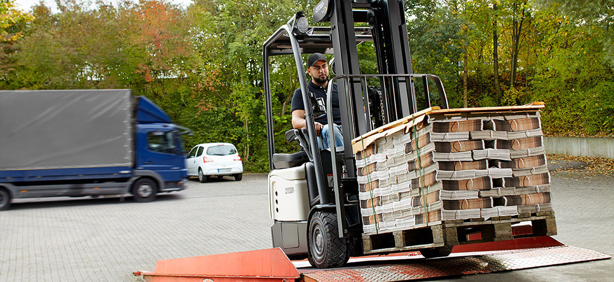Operator moving pallets across uneven surfaces on the SC 6000 series
