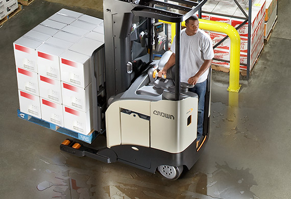 Operator moving a load of product on the RR/RD Series in a warehouse.
