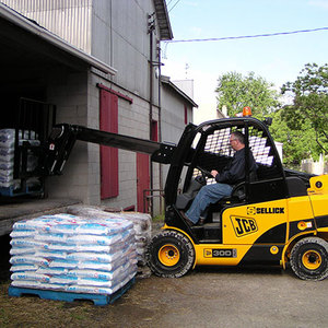 /content/dam/crown/images/products-page/forklifts-page/sellick-jcb-teletruck-series/th-sellick-jcb-teletruck-series.jpg